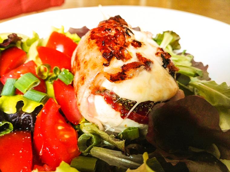 Gebackener Mozzarella mit Schinken und Tomatenmark auf Salatbett