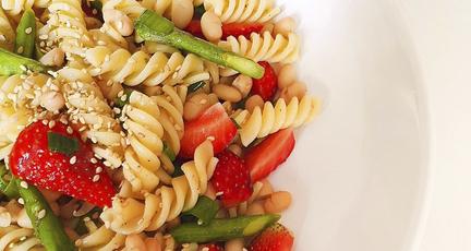 Grüner Spargelsalat mit Nudeln und Erdbeeren