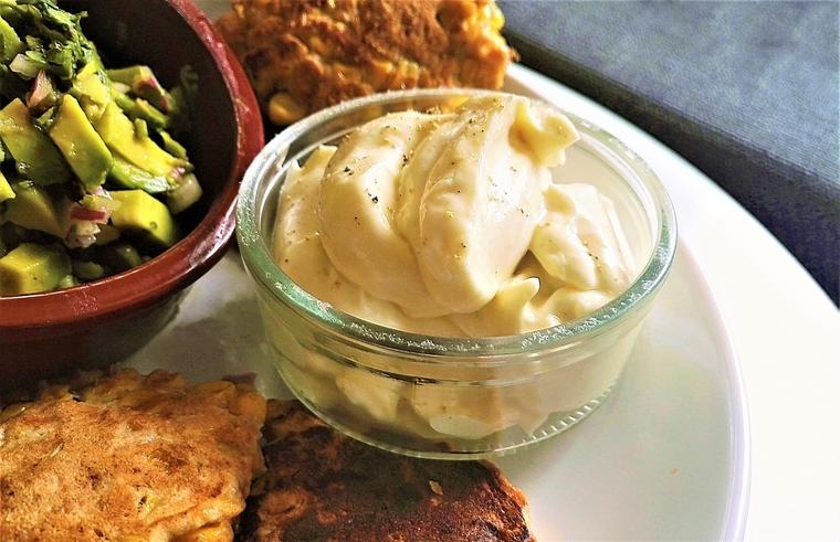 Vegane Mayo in Glasschälchen