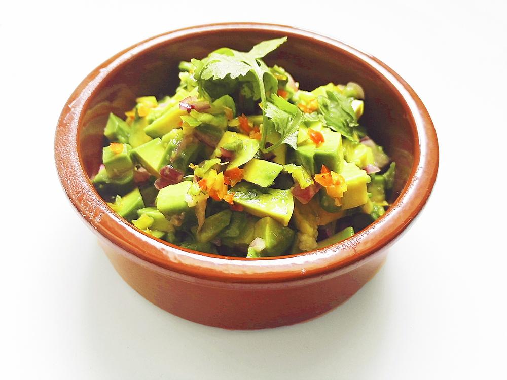 Avocado-Dip mit Koriander im Tonschälchen
