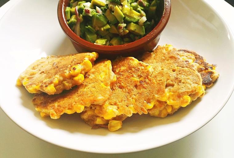 Maispuffer mit Guacamole auf Teller