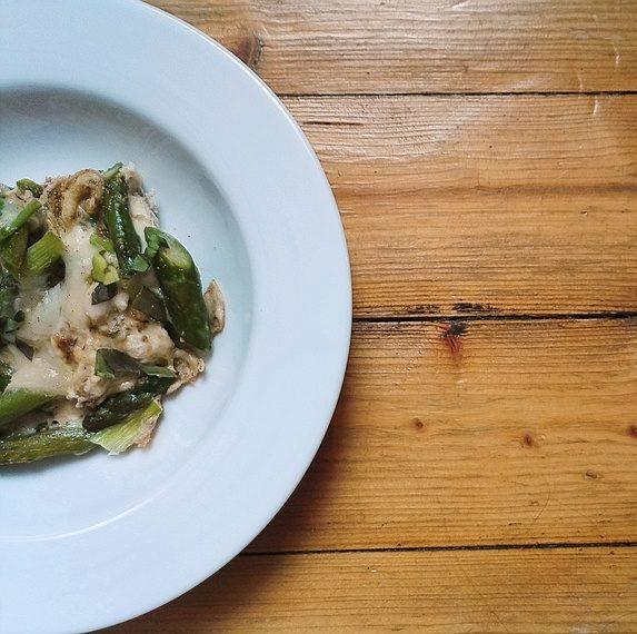 Gruener Spargel Frittata mit Weißwein und Parmesan auf Teller