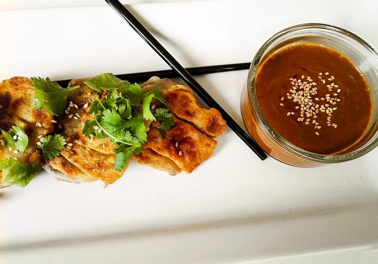 Vegetarische Gyoza mit Dip und mit Koriander garniert
