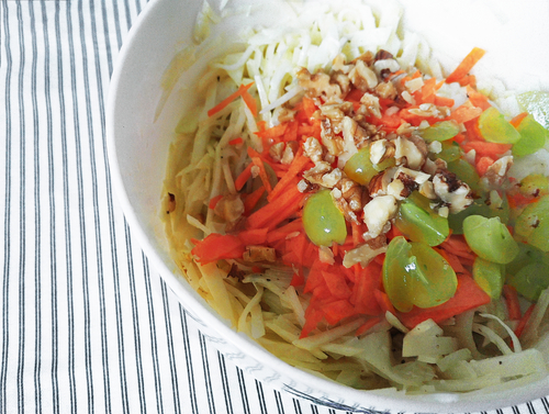 Kohlrabi Krautsalat mit Walnuessen, Karotten und Weintrauben
