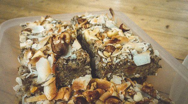 Oatmeal Breakfast Bars mit Nüssen und Cocoschips in einer Lunchbox