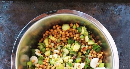 Linsensalat mit Datteln und Avocado
