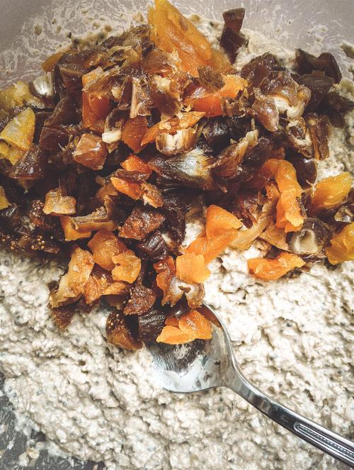 Rohe Oatmeal Breakfast Bars mit Trockenfruechten
