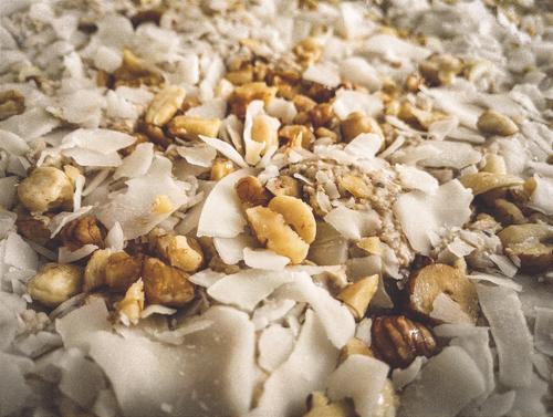 Oatmeal Breakfast Bars Topping aus Nüssen und Cocos-Chips
