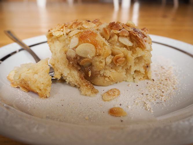 Butterkuchen mit Mandeln und Haselnussfüllung