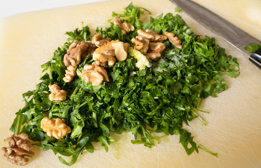 Rucolapesto mit Walnüssen, Knoblauch und Olivenöl