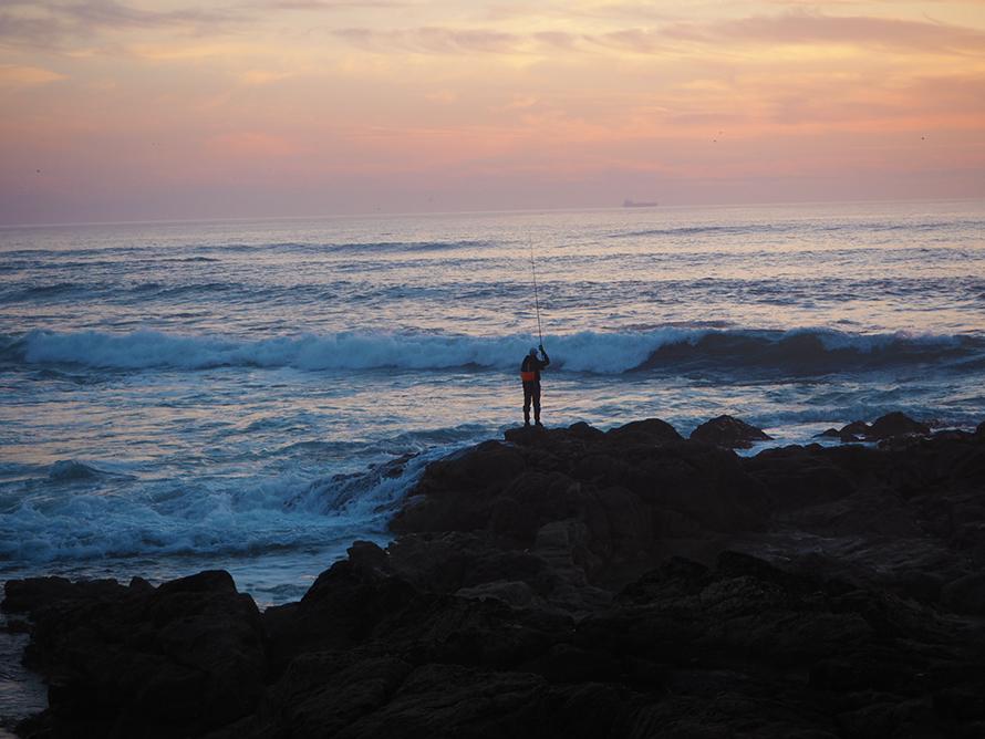 Fischer im Sonnenuntergang in Portugal