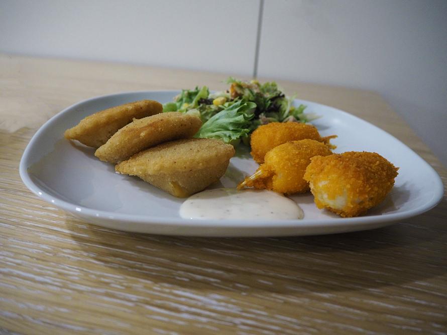 Bolinhos de Bacalhau mit Salat