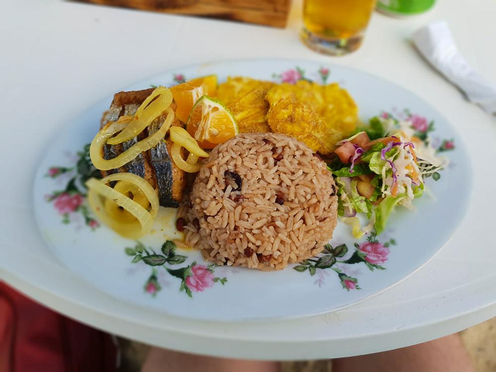 Fisch mit Kokosreis,, Kochbananen und Salat