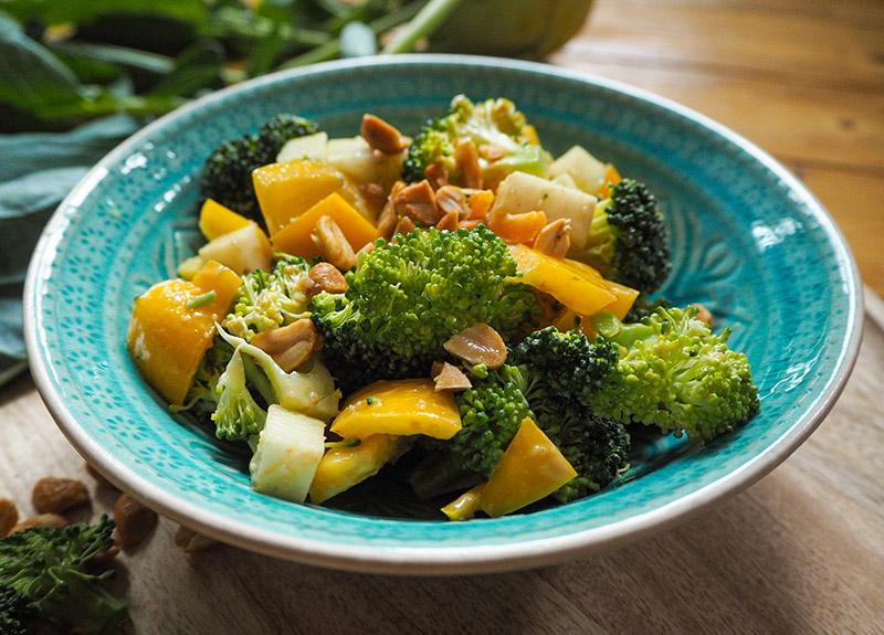Rohkost Brokkolisalat mit Paprika und Erdnüssen