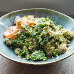 Couscous-Salat mit Rucola, Erbsen und Avocado