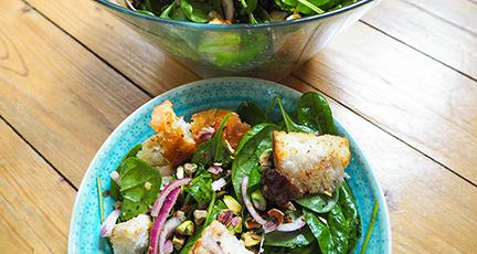 Spinatsalat mit Datteln und Pistazien