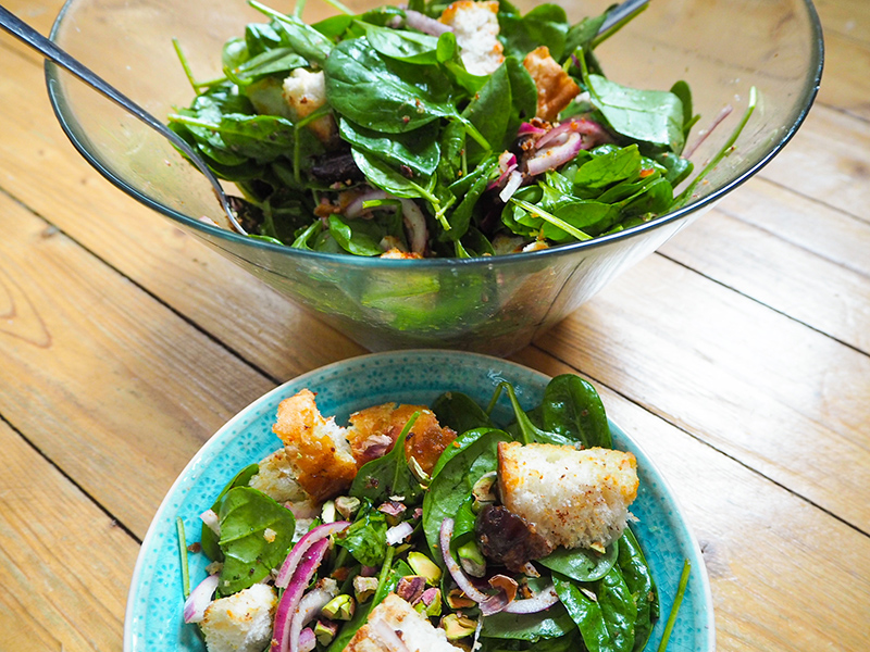 Orientalischer Spinatsalat mit Datteln, Fladenbrot und Pistazien