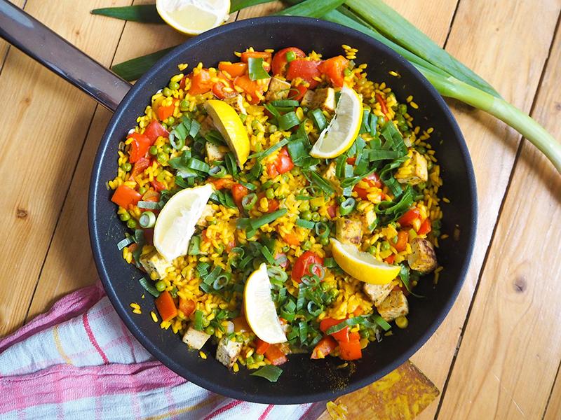 Vegane Paella mit Erbsen und Paprika