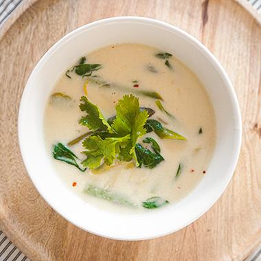 Suppe mit grünem Spargel und Kokosmilch