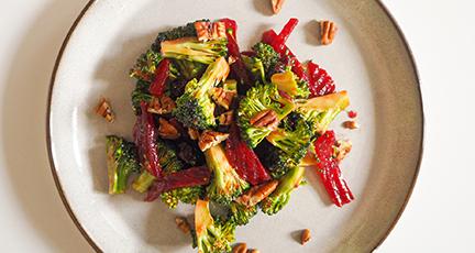 Brokkolisalat mit Cranberries und Rote Beete