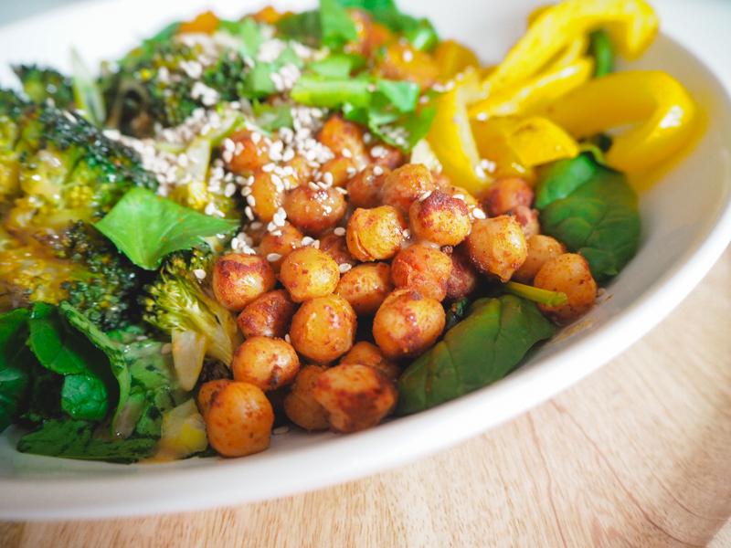 bowl mit soja-sesam-sauce und kichererbsen