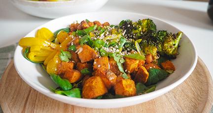 Bowl mit Soja-Sesam-Sauce