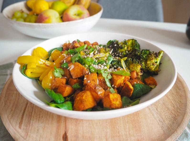 bowl mit soja-sesam-sauce und suesskartoffel