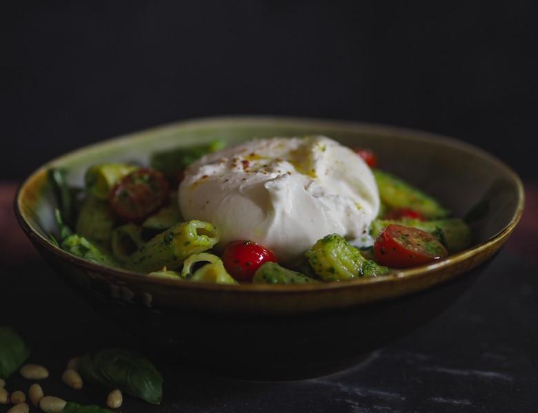 Burrata Pasta Bowl mit Pesto und Zucchini