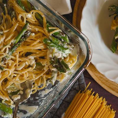 Pasta aus dem Ofen mit grünem Spargel und Feta