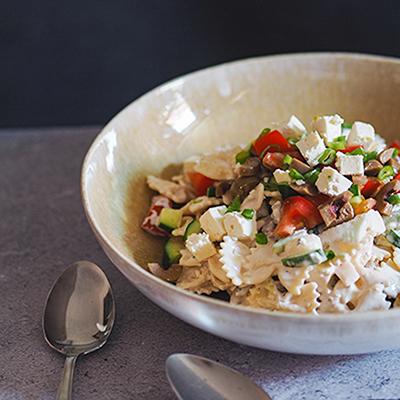 griechischer nudelsalat mit feta und oliven